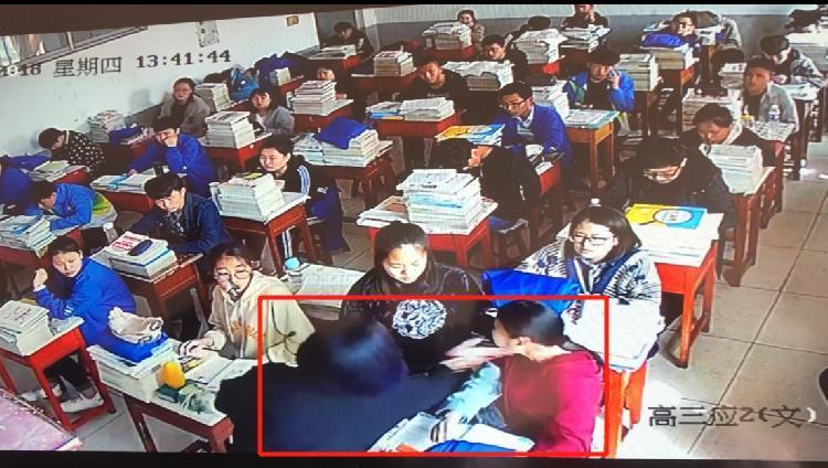 一名女子闯进学校教室殴打女学生 校长:学校担责