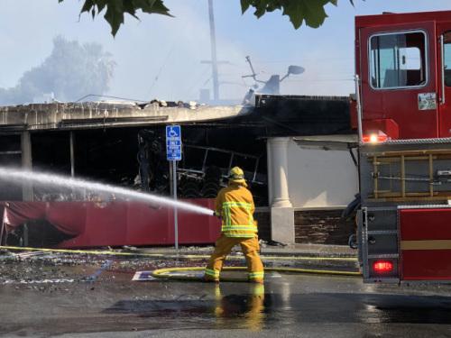 消防人员灭火。(澳门美高梅娱乐官网《世界日报》/张越 摄)