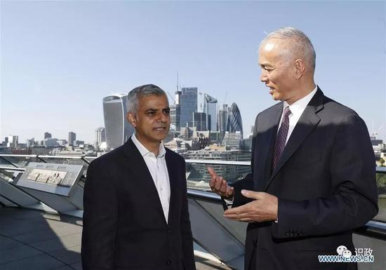 与伦敦市长萨迪克·汗交谈
