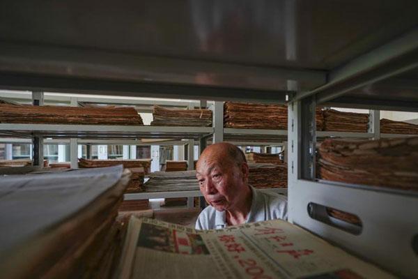 老人自建藏报馆 55年收藏50万份报纸