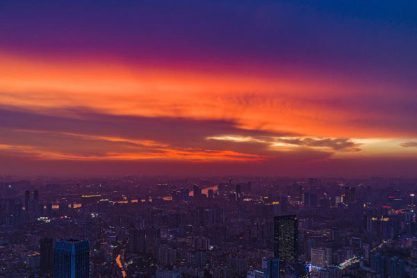 暴雨过后 广州上空出现绚丽晚霞