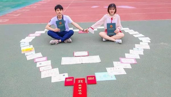 """""""学霸情侣""""同保研:恋爱3年 一起关手机督促学习"""