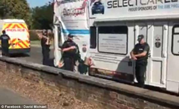 英一流浪汉慈善巴士被警察没收 因司机无驾照