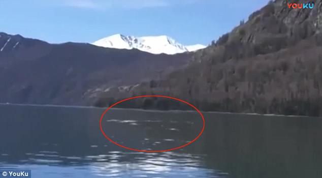 """是真是假?中国游客在国内喀纳斯湖拍到""""水怪"""""""