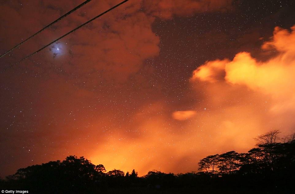 夏威夷火山持续喷发 火山灰蔓延致2000人疏散