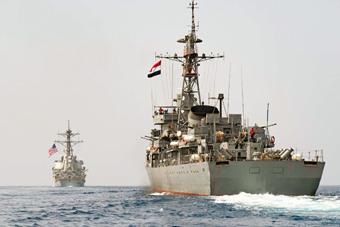 中国造053HE护卫舰紧随美军宙斯盾舰航行