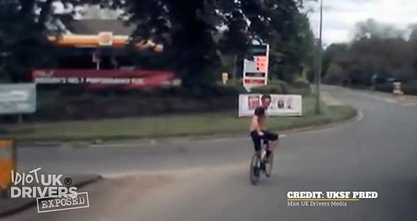 英骑行男子一路阻拦卡车 将其逼停后对司机大骂