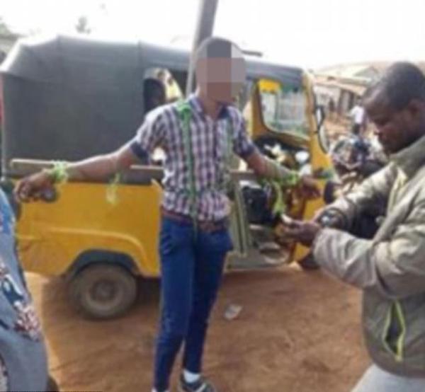 尼日利亚一中学捆绑鞭打迟到学生 警察干预遭殴打