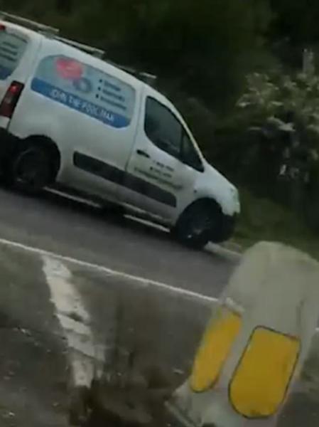 英男子假装顾客拨通广告车电话 欲让其给自己让路