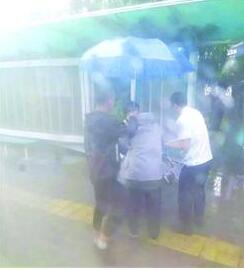 暖心!公交司机雨中搀扶老人上车