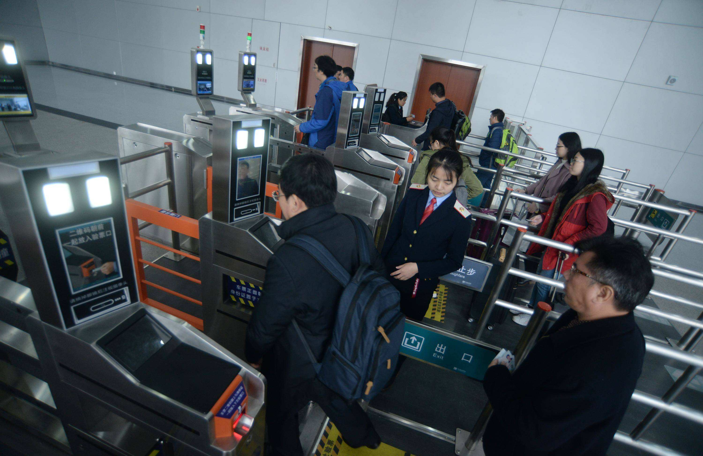 全国铁路首次实现刷手机进站 广深城际闪付乘车