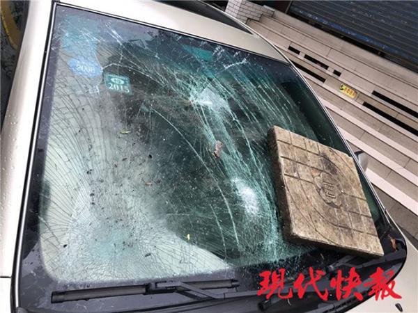 南京一男子为博领导好感帮忙当街砸车,两人双双被刑拘