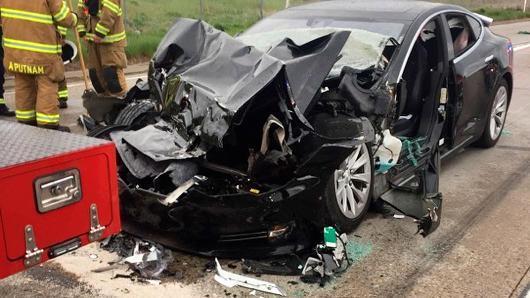 警方:司机手离方向盘80秒 巡航的特斯拉撞上消防车