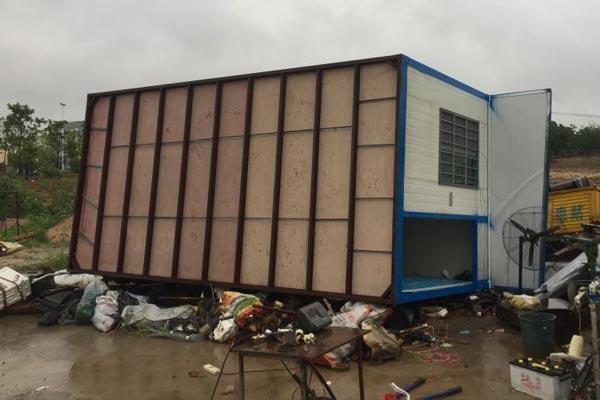 安徽庐江狂风暴雨突袭 工棚被吹翻