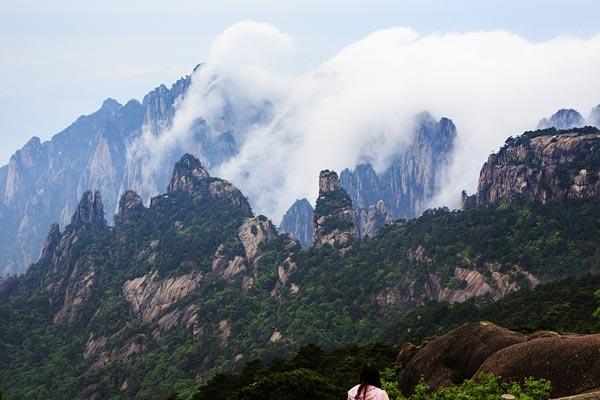 安徽黄山:雨后峰林浸染 美景更佳