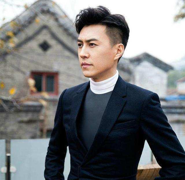 演员靳东的父母是做什么的?
