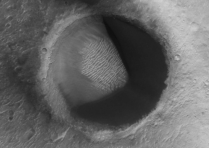 """火星趣照:NASA发现了一个""""吃豆人陨坑"""""""
