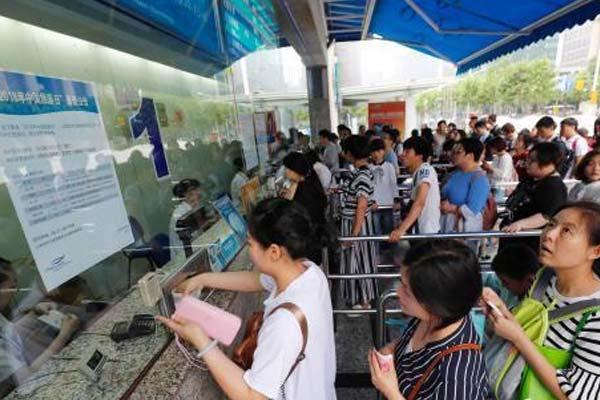 中国旅游日 上海市65家景区门票半价 游客排队购票