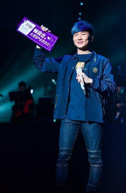 林俊杰巡演北京开唱 与粉丝合唱嗨翻全场