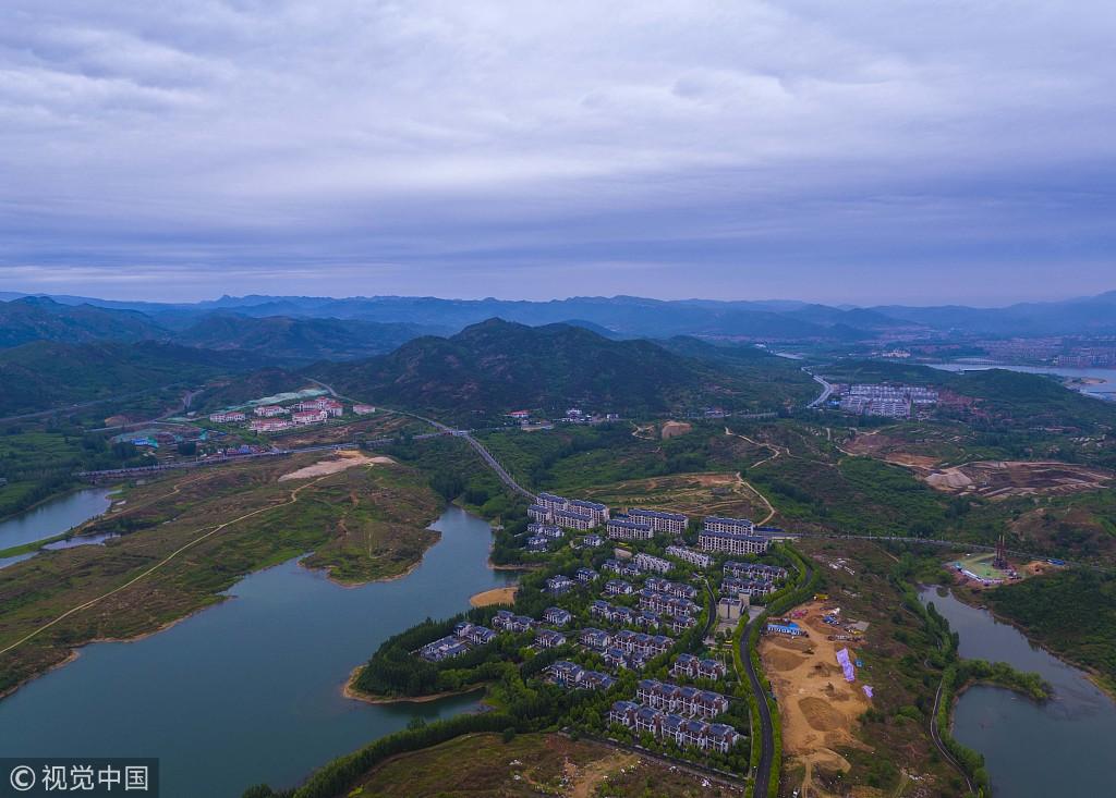 山东莱芜:航拍雪野湖雨后初晴 云彩满天宛如光影画作