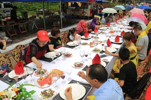 重庆举办千人红酒长街宴 游客共同进餐场面壮观