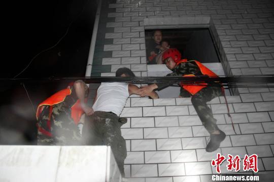 暴雨夜袭湖北五峰 消防连夜解救转移44人