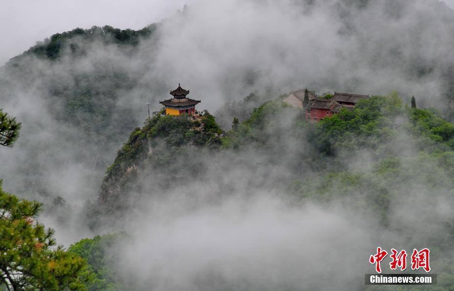 """""""道源圣地""""崆峒山夏日烟雨蒙蒙 游客雨中登山"""