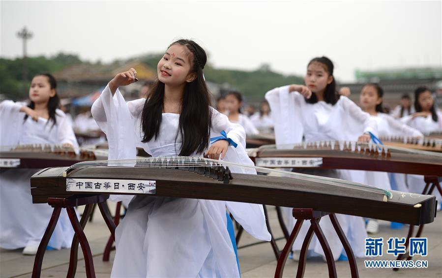 西安举行千人古筝旗袍秀