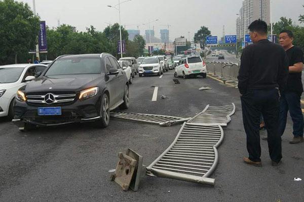 郑州一电动汽车失控撞上奔驰 司机不知去向