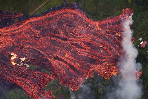 夏威夷火山持续喷发 炽热熔岩喷涌流动