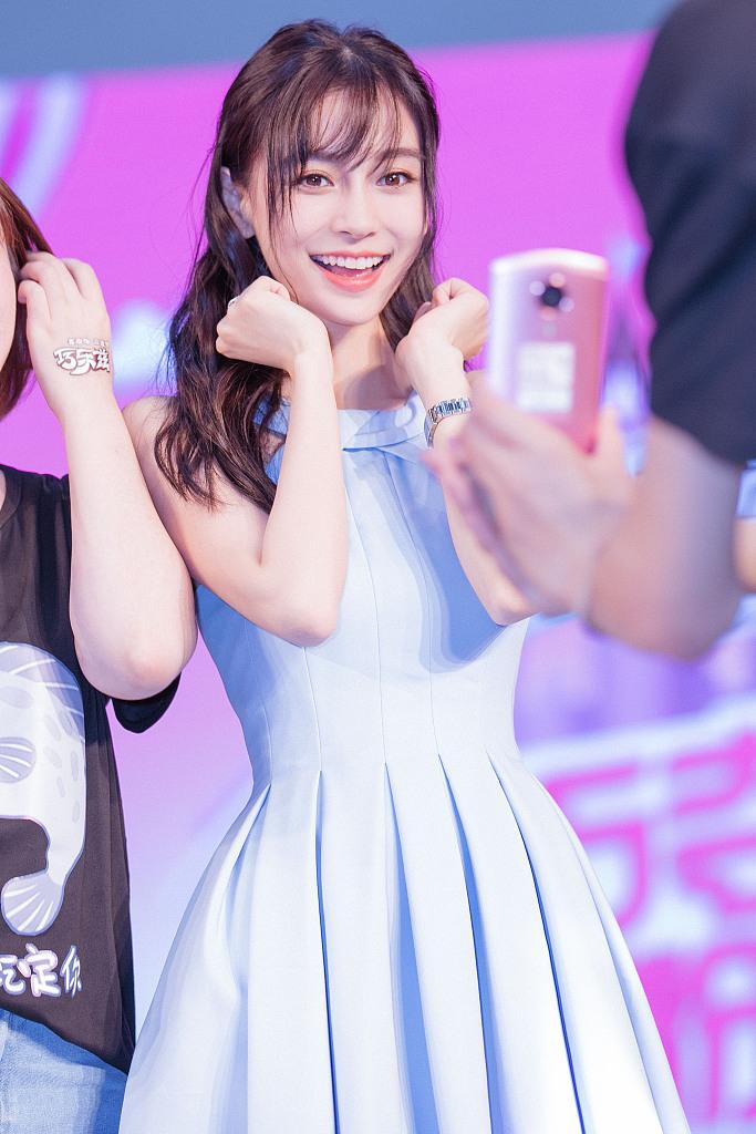 Angelababy穿蓝色甜心短裙走夏日清新风
