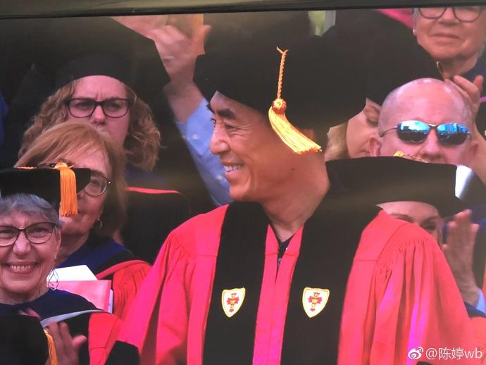 张艺谋获波士顿大学博士学位 手拿毕业证阔步喜笑颜开