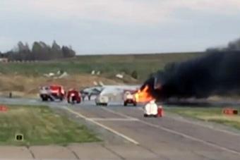 米格-31战机滑跑时发动机起火 飞行员弃机逃生
