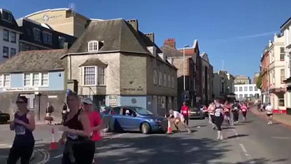 英女子不顾交通管制驾车进马拉松赛道 误伤一人
