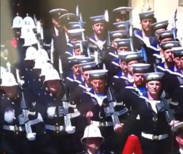 英哈里王子婚礼期间一游行士兵步调错误引网友大笑
