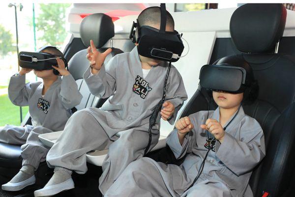 """韩国""""小和尚""""头戴VR眼镜 体验虚拟互动好奇不已"""