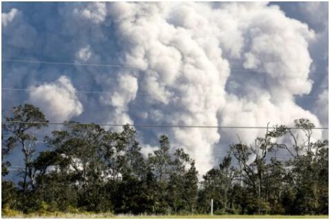 夏威夷火山熔岩流入海中喷发有毒气体 居民面临新威胁