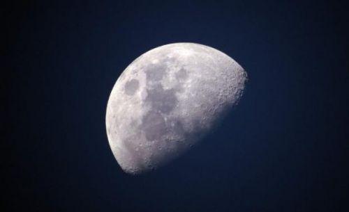 """嫦娥四号中继星成功发射升空 将搭建地月""""鹊桥"""""""