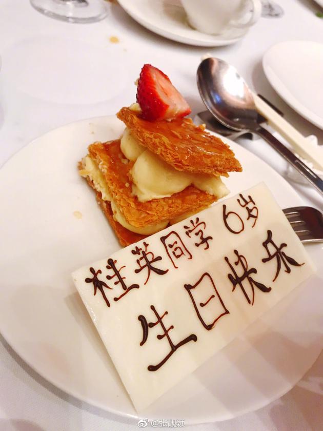 张靓颖520懒理绯闻 晒照为妈妈庆祝60岁生日