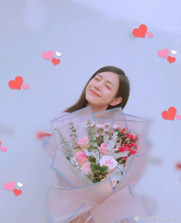 陈妍希520晒捧花照暗秀恩爱:有人送我神秘的花花