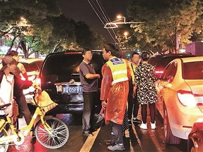 北京簋街夜间停车现黑收费团伙 记者采访遭恐吓