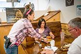 美国一座以枪命名的小镇 餐厅服务员配枪上岗