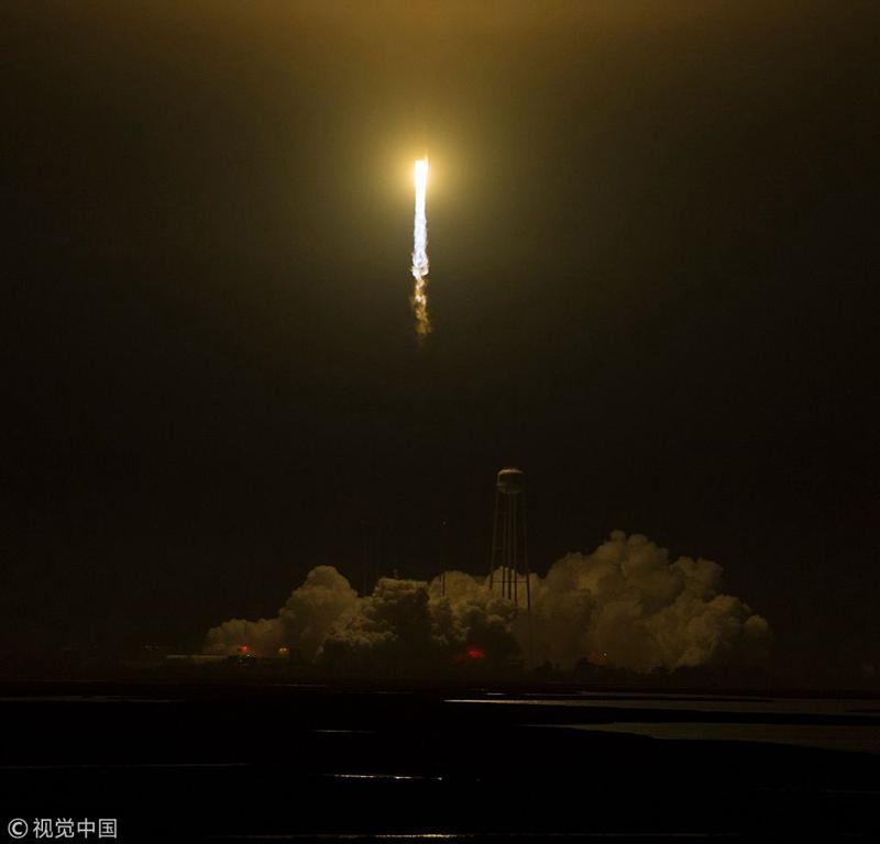 【环球网科技报道】当地时间2018年5月21日,美国弗吉尼亚州沃洛普斯飞行基地,私人太空公司Orbital ATK发射其搭载天鹅座飞船的Antares火箭。该任务是Orbital ATK公司为NASA执行的第九次飞行任务,将前往国际空间站。在5月24日抵达国际空间站时,它将卸下7400磅的科学设备和物资。