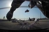 车祸现场!男子骑摩托追尾汽车 整个人都飞出去