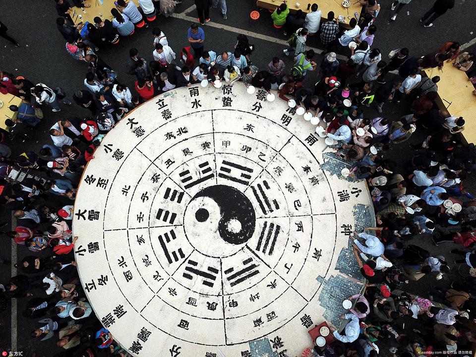 """航拍老君山""""万人豆腐宴"""" 3吨重大豆腐瞬间被分食光场面壮观"""