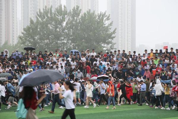 2000多师生拍超级毕业照 刚排好队形遭遇暴雨