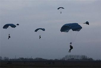 """感受真实版高原""""吃鸡"""":空降部队实战训练"""