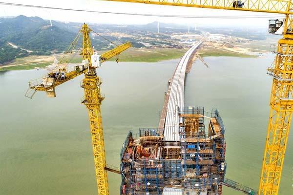 鄱阳湖二桥主塔即将封顶
