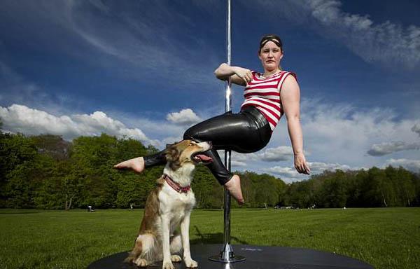 美女兽医与宠物犬欲为募捐演钢管舞 被指不雅叫停