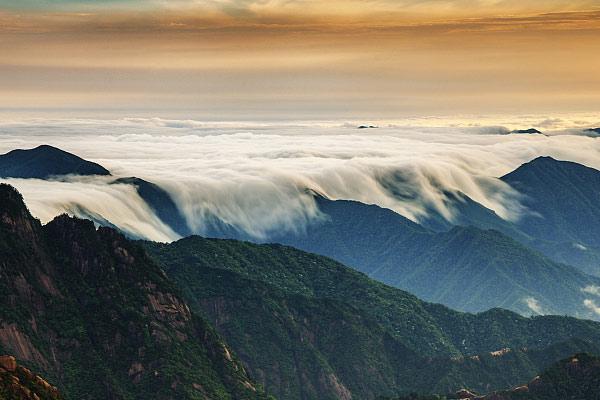 安徽黄山雨后现云海美景 如临大海之滨